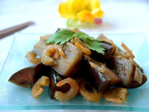 Không chỉ nướng mỡ hành hay dùng trong nấu lẩu, cà tím còn sử dụng để xào với tôm, rất ngon và hao cơm.