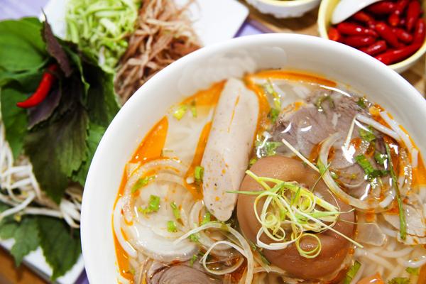 bát bún bò xứ Huế hấp dẫn người ăn nhờ cách trình bày đẹp mắt cùng vị cay đặc trưng của nước dùng