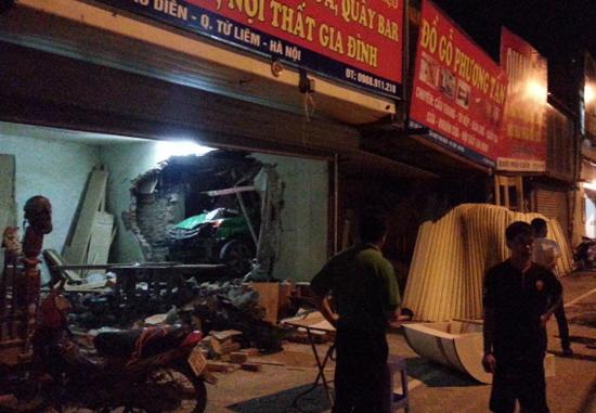 Công an có mặt tại hiện trường làm rõ nguyên nhân vụ tai nạn.