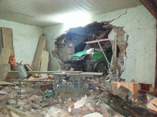 Chiếc xe taxi húc đổ một gốc cây rồi tiếp tục húc đổ tường nhà dân.