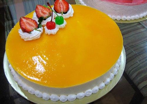 Thay vì những chiếc bánh ngọt sinh nhật dễ ngấy vì toàn kem tươi và socola, bạn hãy một lần thử làm mousse xoài. Bánh ăn càng lạnh càng ngon bởi khi đưa lên miệng, bạn sẽ cảm nhận được mùi vị chua tự nhiên của xoài, vị mềm ngọt của bánh bông lan và phần dẻo dẻo của lớp rau câu trên cùng.