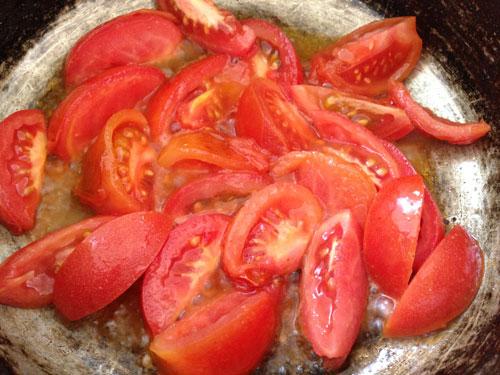 Cà chua rửa sạch, bổ múi cau.