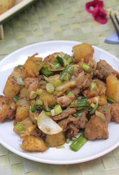 Một chút thay đổi và cách điệu từ món thịt bò xào khoai tây quen thuộc. Thịt gà mềm, quyện lẫn với khoai tây bùi bùi, thơm thoang thoảng mùi gừng chắc chắc bạn sẽ bị chinh phục bởi món này đấy.