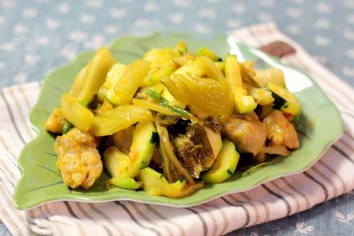 Thịt gà thơm thoang thoảng mùi gừng xào cùng với dưa cải chua, ăn không ngấy.