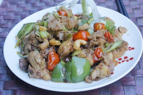 Thịt gà thấm gia vị, được xào với các loại rau củ như ớt chuông, nấm, làm món ăn trở nên đậm đà và không ngán.