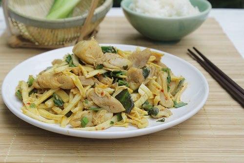 Món măng xào với vị cay của sa tế, măng giòn và thịt gà thấm, thoang thoảng mùi thơm của mùi tàu, dùng làm món mặn ăn với cơm.