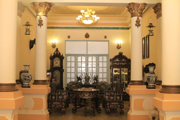 Vị công tử này có rất nhiều nhà ở Sài Gòn cũng như ở khắp xứ Nam kỳ lục tỉnh, nhưng nổi tiếng nhất phải kể đến là căn biệt thự nằm ở thành phố Bạc Liêu. Căn biệt thự này được chính kỹ sư người Pháp thiết kế và xây dựng vào khoảng năm 1919. Điều đặc biệt là các vật liệu như gạch, phù điêu, vật dụng trong nhà... đều được đưa từ Pháp sang. Khi hoàn thành, nó trở thành ngôi biệt thự bề thế nhất xứ lục tỉnh thời bấy giờ.