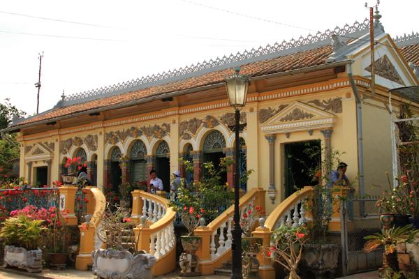Còn có tên gọi khác là Vườn lan Bình Thủy, ngôi nhà cổ này chính là nhà thờ của dòng họ Dương ở thành phố Cần Thơ. Ngôi nhà có tuổi đời hơn 140 năm (1870) được thiết kế và xây dựng theo kiểu Đông Tây kết hợp. Mặt tiền của tòa nhà được thiết kế mang đậm phong cách Pháp với các cột, vòm mái, phù điêu... nhưng toàn bộ nội thất bên trong ngôi nhà hoàn toàn theo phong cách kiến trúc, bài trí đặc trưng của một gia đình Việt. Nơi trang trọng nhất tại gian giữa của ngôi nhà là bàn thờ, các tủ, bàn, ghế, giường, sập gụ trong nhà đều được làm bằng gỗ quý cẩn xà cừ mang đậm nét Nam bộ. Không chỉ có vậy, ngôi nhà còn lưu giữ được nhiều đồ cồ quý hiếm có tuổi đời mấy trăm năm như các bình gốm, liễn sứ.... vừa có giá trị kinh tế vừa mang giá trị lịch sử.Nếu như nhà cổ Huỳnh Thủy Lê (Đồng Tháp) là nơi ở của nhân vật chính trong tác phẩm Người Tình thì nhà cổ Bình Thủy (Cần Thơ) chính là bối cảnh chính trong bộ phim nổi tiếng cùng tên do đạo diễn JJ.Annaud thực hiện trong khoảng thời gian từ năm 1986 đến năm 1990. Ngoài ra, ngôi nhà còn là bối cảnh của nhiều bộ phim Việt Nam nổi tiếng thời bấy giờ như Người đẹp Tây Đô, Nợ Đời...