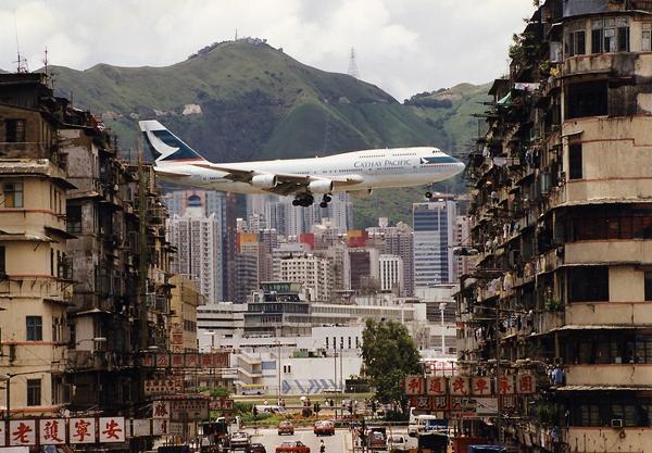 Trước khi bị đóng cửa năm 1998, sân bay Kai Tak ở Hong Kong luôn là nỗi ám ánh với không chỉ phi hành đoàn mà còn khiến các hành khách thót tim. Bị bao vây bởi rất nhiều tòa nhà cao tầng dày đặc cùng với dày núi chắn tầm mắt,