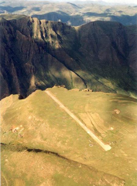Thật khó tưởng tượng đây lại là một sân bay dành cho các máy bay dân dụng. Nhưng thực tế, đây là hình ảnh về sân bay Maketane Air Strip ở châu Phi.