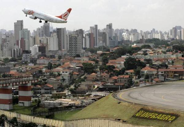 Các phi công thực hiện nhiệm vụ tại sân bay