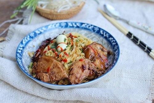 Món mỳ trộn đậm đà với phần nước sốt rim từ gà ướp với xì dầu và gia vị, thịt gà thấm, ăn rồi lại muốn ăn thêm.