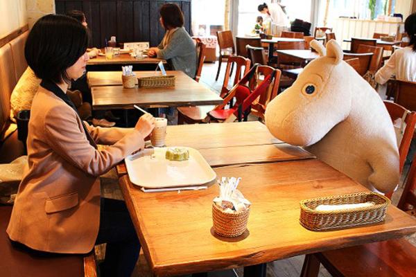 Tại quán cà phê Mo