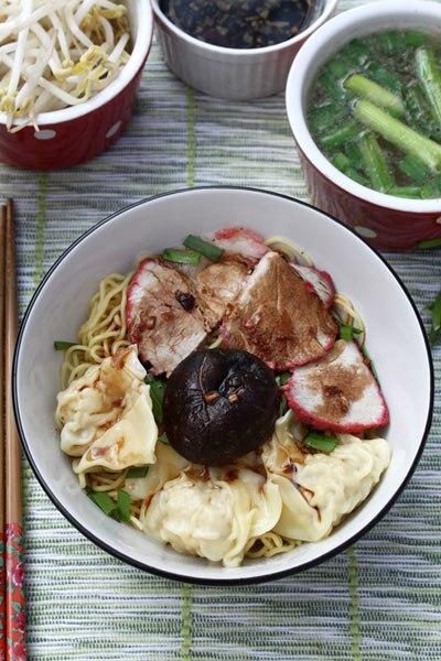 Khác với hoành thánh nước, mỳ hoành thánh khô được ăn cùng với thịt xá xíu, chan nước sốt thơm mùi tỏi, cùng bát súp và giá.