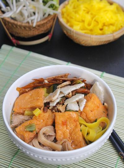 Nước hầm ngọt tự nhiên từ rau củ, quyện với nấm giòn ngọt và đậu phụ thơm, điểm xuyết thêm lạc và bánh đa ăn kèm.