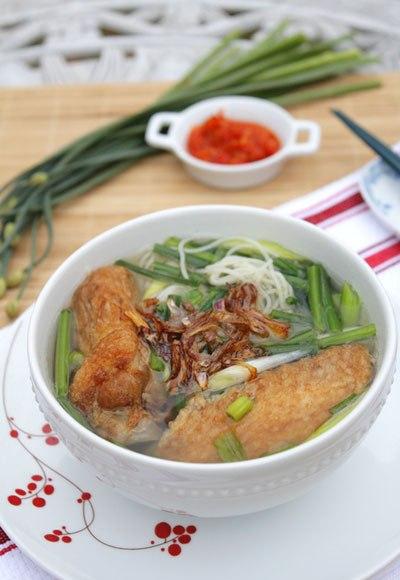 Bát mỳ nóng hổi với mùi thơm đặc trưng và ngọt từ xương gà, dùng kèm với gà rán vàng ươm, lẫn hành phi thơm.