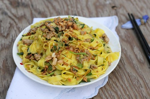 Món ăn dân dã của người Quảng với hương vị ngọt của tôm thịt, từng sợi mỳ vàng ươm, ăn kèm với bánh đa nướng giòn.