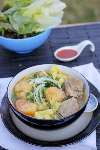 Cuối tuần bạn hãy trổ tài đãi cả nhà món mỳ cho lạ miệng, bát mỳ nóng với phần sườn non mềm, phần chả cá dai, dùng kèm với tương ớt và rau.