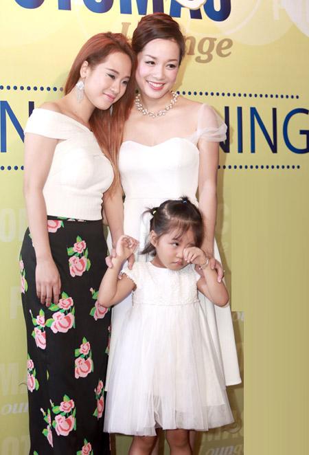 Cô và con gái chụp ảnh chung với các khách mời của chương trình.