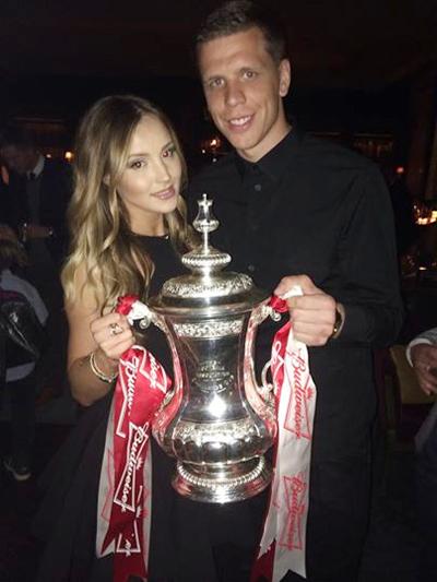 Wojciech Szczesny khoe Cup, khoe luôn cả cô người yêu xinh xắn Marina Luczenko.