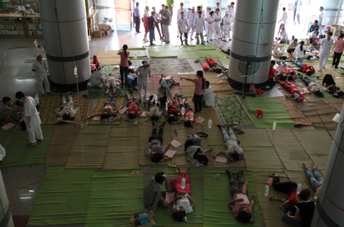 Giữa ca làm việc sáng nay, hàng trăm công nhân Công ty giày Hongfu, Công ty Hồng Mỹ 1 và Hồng Mỹ 2 (Khu Công nghiệp Hoàng Long, TP Thanh Hóa) tiếp tục có biểu hiện ngộ độc phải nhập viện. 12h trưa, tại Bệnh viện Đa khoa Hợp Lực, bệnh nhân nằm la liệt khắp sảnh tầng 1 và các phòng cấp cứu.