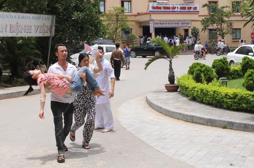 Rất nhiều người ngất xỉu, chủ yếu là phụ nữ phải nhờ đến sự trợ giúp của nhân viên y tế và người thân dìu hoặc bế vào phòng y tế.