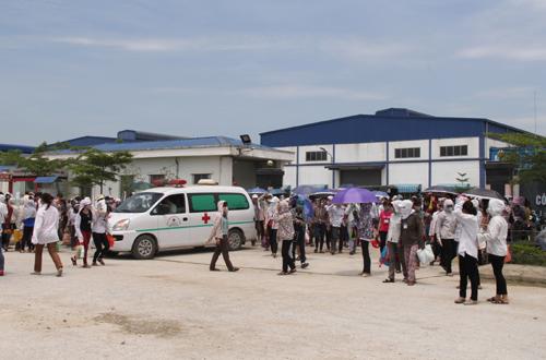 Xe cứu thương liên tục ra vào cổng nhà máy vận chuyển bệnh nhân sáng nay.