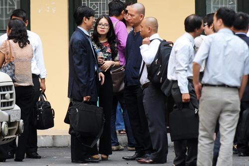 Vợ bầu Kiên trao đổi với luật sư bào chữa tại sân tòa sau khi tòa tạm nghỉ trưa.