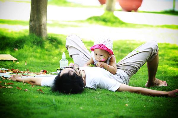 Anh luôn tận dụng mọi khoảng thời gian rỗi để ở bên con gái.