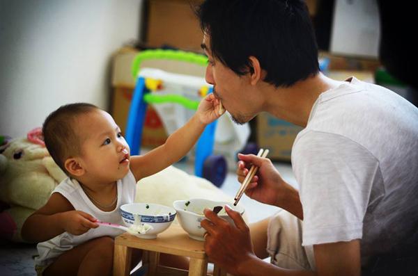 [Caption] Tôi tham khảo các phương pháp chăm con của phương Tây, Nhật,& Tuy nhiên, bản thân tôi nghĩ rằng, cảm thấy điều gì tốt, phù hợp cho con và bản thân mình thì sẽ áp dụng. Tôi không nhất thiết theo phương pháp nào, tức là tiếp thu có chọn lọc. Cách chăm sóc con theo Nhật, Mỹ khác nhiều so với Việt Nam nên cũng có khi không nhận được sự đồng ý từ người thân. Ví dụ chuyện cho bé ăn, người Mỹ thường để bé tự ăn, thậm chí ăn bốc, cho trẻ đi bơi sớm, tiếp xúc thiên nhiên ngay từ bé, cho nên tôi vẫn thường đưa Ủn đi chơi khi có thời gian rỗi. Cách chăm con của người Nhật hướng đến sự tự lập nên tôi cũng rèn luyện cho con sự tự lập từ sớm, dù chưa nhiều nhưng vẫn đang kiên trì thực hiện, anh chia sẻ.