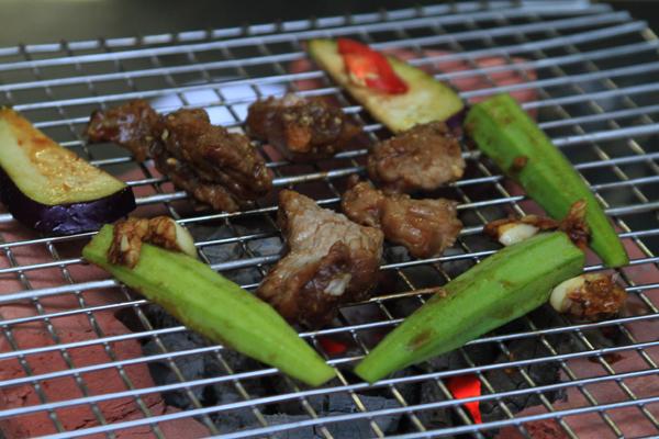 Khi ăn, thực khách chỉ cần dùng dao thái từng lát nhỏ rồi nướng trên bếp than. Khi phần thịt săn lại, hương thơm tỏa ra thơm nức là bạn có thể thưởng thức món ăn này.