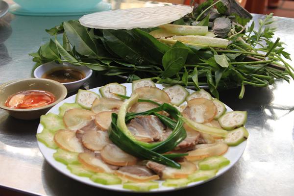 Một món ngon cũng được nhiều thực khách ưa thích ở đây là bò hấp cuốn rau rừng. Đây là món ăn không lạ nhưng nhờ vị chua chua, chát chát lại thơm nồng của rau rừng nên nó vẫn được ưa chuộng.