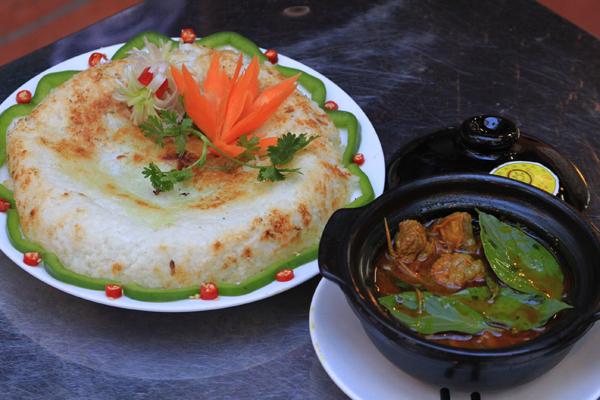Khi muốn ăn chơi, bánh mì phá lấu hay cơm cháy bò kho cũng là những lựa chọn không tồi cho thực khách khi đến quán. Nếu như món bánh mì phá lấu với vị beo béo đặc trưng là món ăn chiều rất phổ biến ở Sài Gòn.