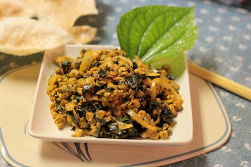 Thịt hến ngọt, vị đậm đà thơm mùi lá lốt và hành tây, dùng kèm với bánh đa hay với cơm đều ngon.