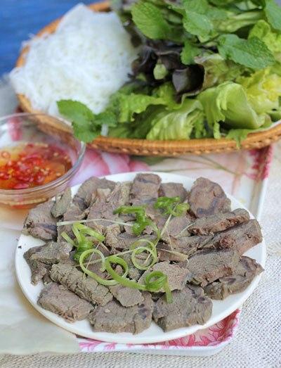 Từng miếng thịt bò thấm, thơm mùi gừng, sả và gia vị được cuốn với bún, rau xà lách, chấm kèm với nước mắm chua ngọt.