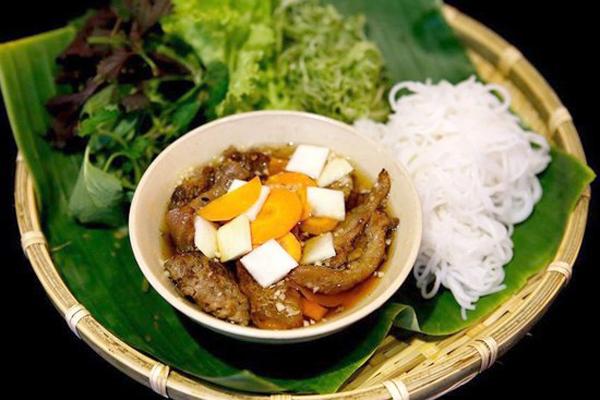 Nếu như phở trộn, miến trộn có thể ăn bắt cứ thời điểm nào trong ngày thì các món bún khô thường được ăn nhiều nhất vào buổi trưa