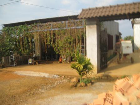 Vợ chồng bà Dương  ông Tùng không chịu nổi sự dị nghị của người đời đã bán nhà rời khỏi làng đàn bà