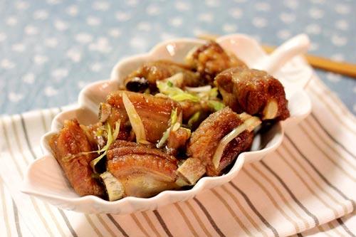 Miếng sườn thấm gia vị, ăn cùng cơm thì ngon tuyệt, chẳng có ai chối từ được cả.