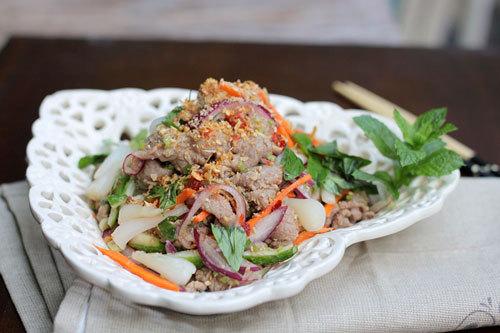 Món nộm với thịt bò mềm, vị đậm đà chua cay xen kẽ với vị thơm của rau, sả và các loại rau củ, dùng không ngấy.