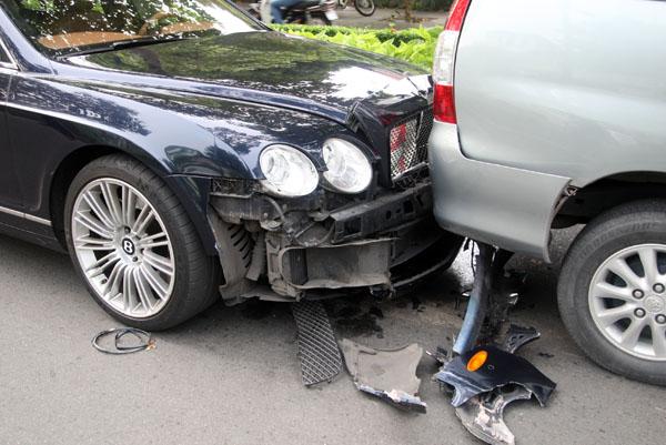 """""""Siêu xe"""" Bentley húc đuôi ôtô phía trước sau khi bị xe tải đâm từ phía sau. Ảnh: Châu Thành"""