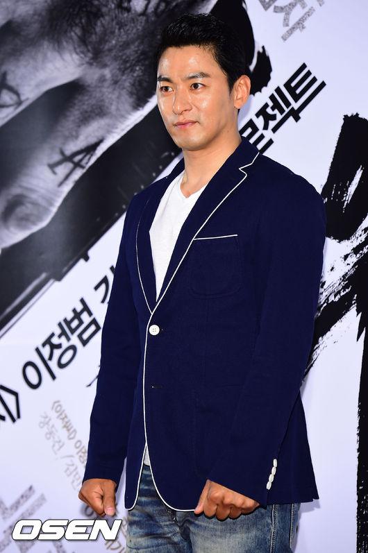 Joo Jin Moo bảnh bao khi dự buổi chiếu phim mới của bạn.
