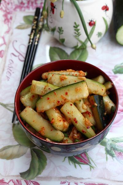 Ẩm thực Hàn được biết đến qua nhiều món kim chi như kim chi cải thảo, kim chi củ cải... Trong đó có món kim chi dưa chuột làm vừa dễ vừa nhanh, ăn giòn, cay cay và có vị chua nhẹ.