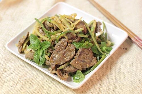 Thịt bò bắp mềm thơm quyện lẫn với vị chua dịu, giòn giòn của dưa leo và hành tây, ăn nhiều cũng không ngấy.