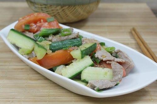 Mùa hè các món xào được lên ngôi vì xào nhanh và dễ ăn, đặc biệt là các món xào với rau củ như dưa leo, cà chua vừa nhanh gọn, lại đủ chất.