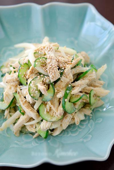 Món nộm không dầu mỡ, thơm mùi thịt gà, dưa chuột thì giòn giòn, vị chua ngọt rất dễ ăn trong những ngày nắng nóng.