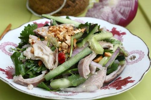 Dạ dày lợn giòn, được trộn cùng dưa leo và hành tây, thêm nước mắm pha tỏi ớt, ăn cay cay.