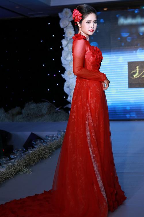 Thảo Trang diện áo dài cưới điệu đà