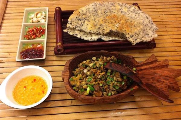 Với những người gốc miền Trung, thì hến trộn xúc bánh đa luôn là món ăn chơi được ưa thích nhờ thịt hến vừa thơm vừa ngọt rất ngon miệng. Món ăn này rất lành tính nên bạn có thể ăn vào thời điểm nào trong ngày cũng thích hợp.