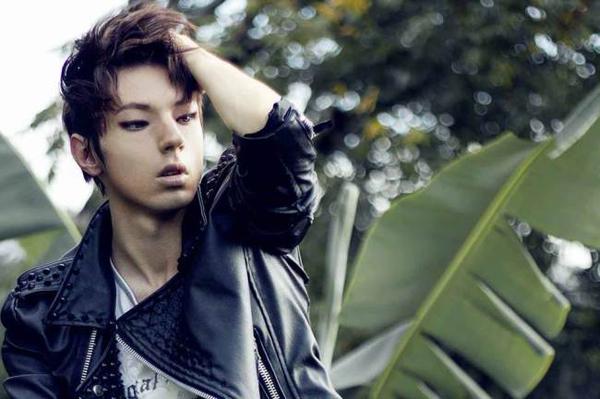 Xian thú nhận, mình là fan cuồng của K-pop sau khi sang Hàn Quốc theo diện trao đổi sinh viên cách đây ít lâu. Anh nghe nhạc Hàn bất kể khi nào và mong muốn trở thành một chàng trai tóc đen, mắt một mí đã dần dần hình thành.