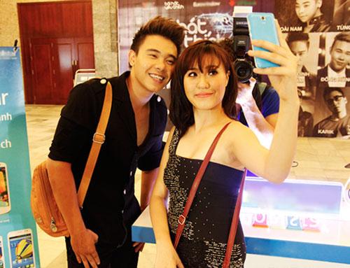 Đông Hùng - Phương Linh hào hứng pose hình sau hậu trường chương trình.